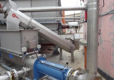Schubbodendosierer SB60 mit Höhenförderer und Flüssigfütterung